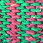 Двухцветный узор из промежутков между тунисскими столбиками