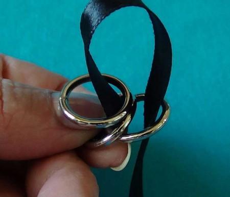 Колье из атласной ленты и колечек, 2 вариант