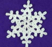 Красивая ажурная снежинка